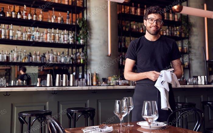 Porträt Von Männlichen Kellner Polieren Gläser Vor dem Service In Bar Restaurant