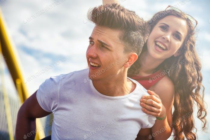 Junges Paar hat Spaß und geht in der Stadt städtisch im Freien spazieren