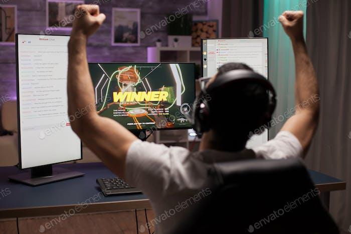 Aufgeregt jungen Mann mit Händen nach dem Gewinn