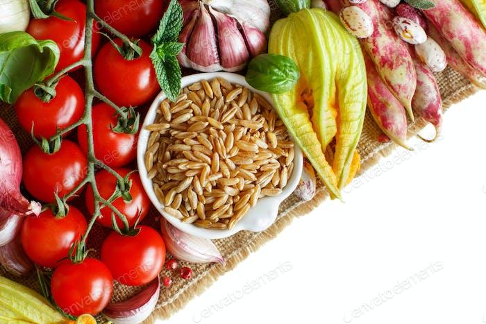 Ungekochtes Kamutkorn mit Gemüse
