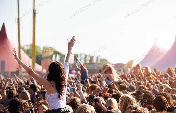 Massen genießen sich beim Outdoor Music Festival
