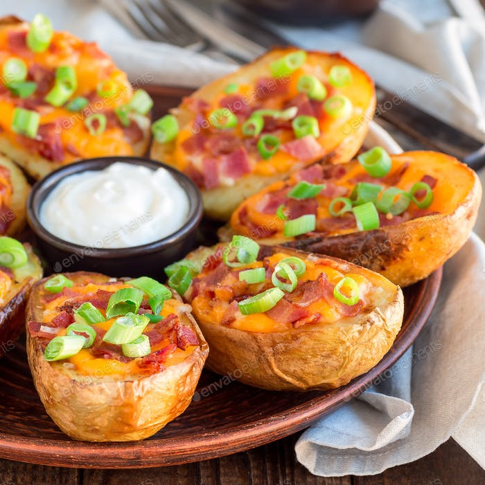 Gebackene Kartoffelschalen mit Cheddar-Käse und Speck, garniert