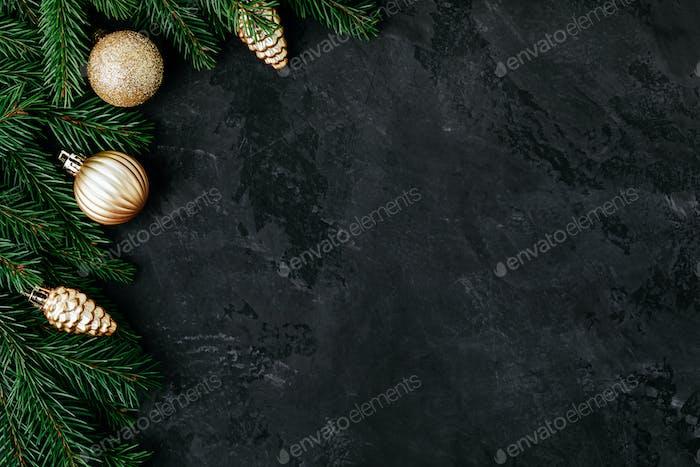 Weihnachtlicher Hintergrund mit grünen Tannenzweigen und Golddekor.