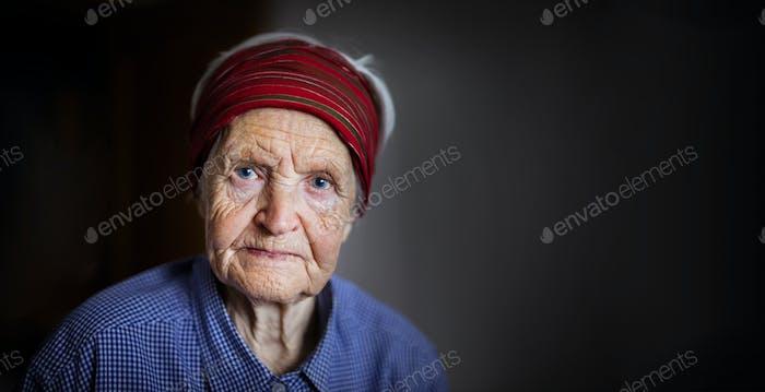 Mujer mayor mirando la cámara