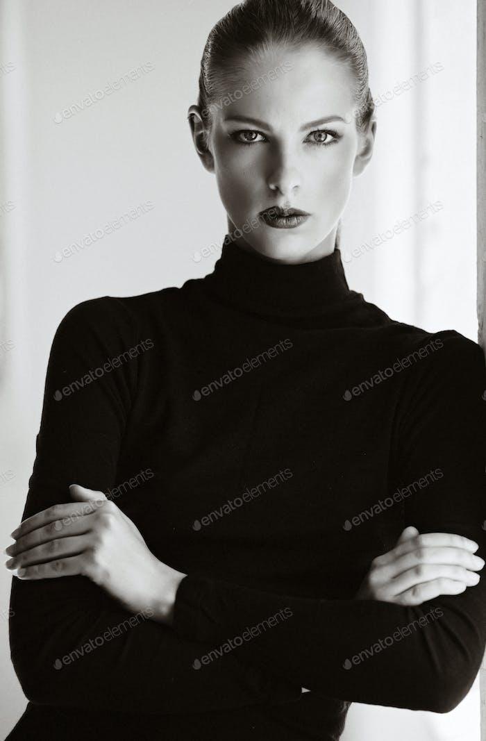 Schwarz-Weiß-Porträt einer Frau.