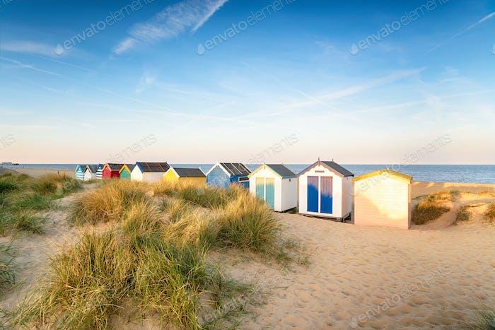 Bunte Strandhütten in den Sanddünen bei Southwold