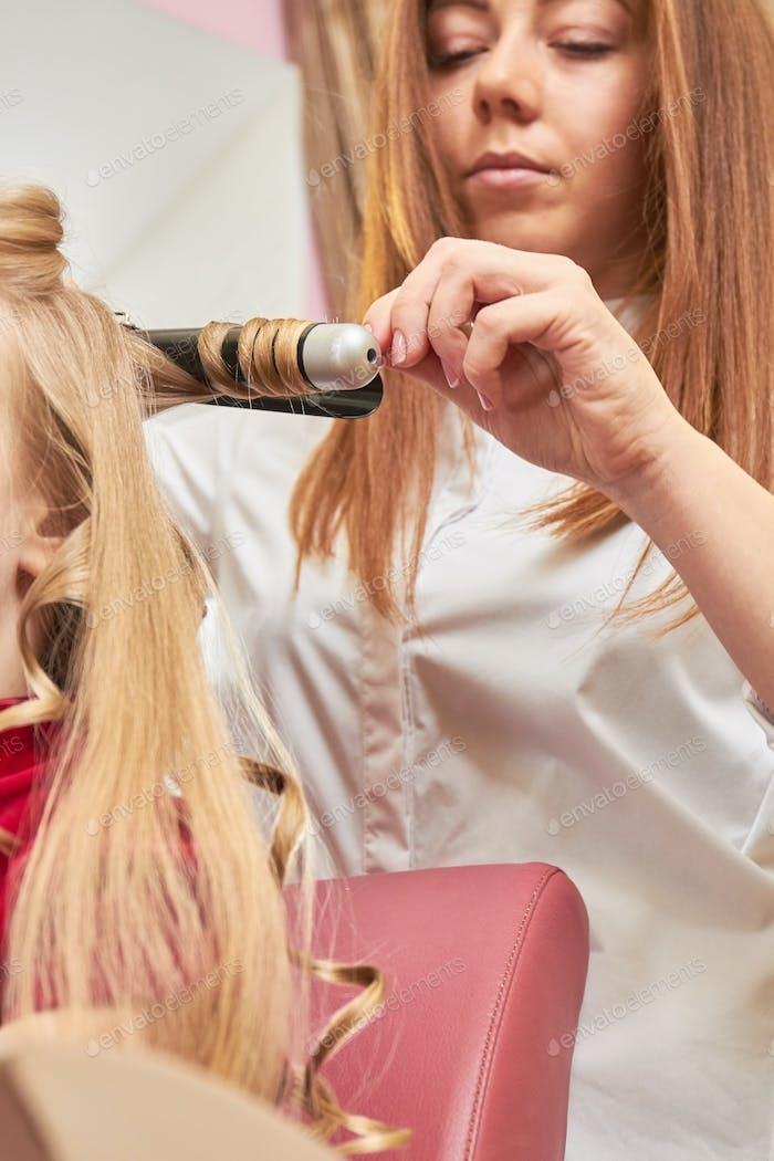 Hairstylist mit Lockenstab