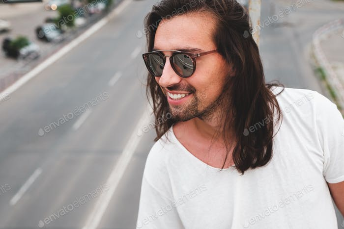Hipster Modell mit langen Haaren