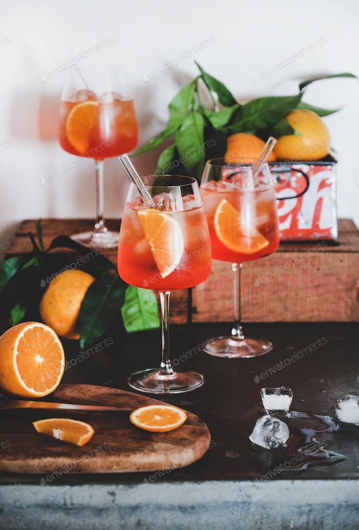 Aperol Spritz Aperitif Getränk in Gläsern mit Orangen und Eis