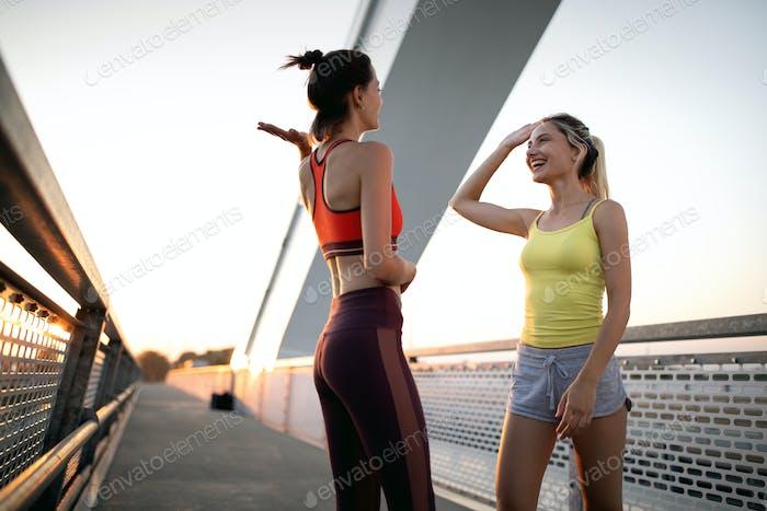 Schöne Frauen arbeiten in einer Stadt. Laufen, Joggen, Übung, Menschen, Sportkonzept