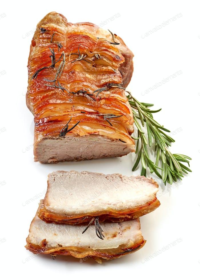gebratenes Schweinefleisch auf weißem Hintergrund
