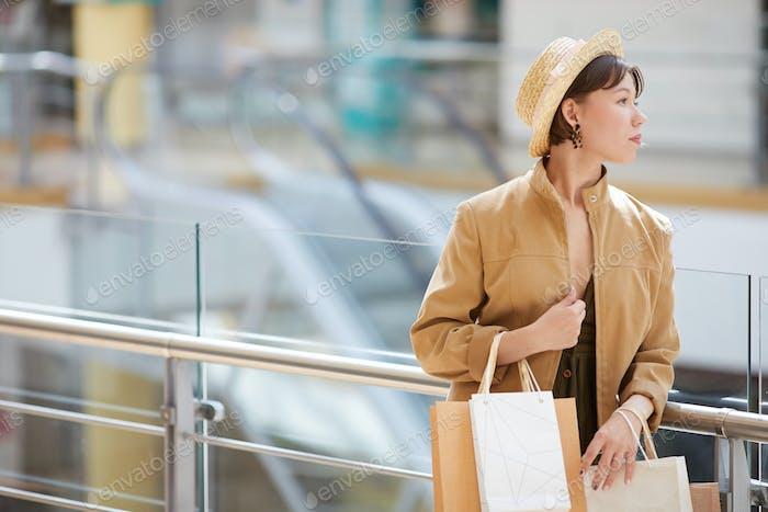 Warten auf Freund im Einkaufszentrum