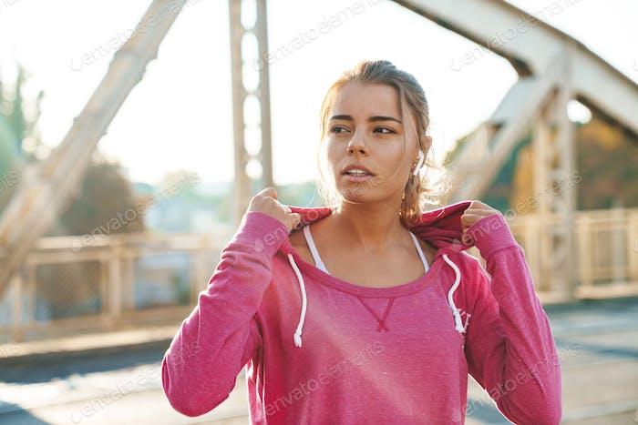 Atractivo joven fitness mujer trabajando fuera al aire libre