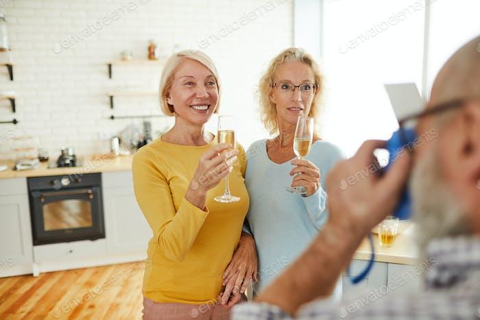 Damen mit Flöten posieren für Kamera