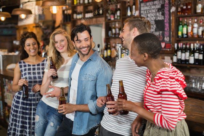 Fröhliche Freunde genießen im Pub
