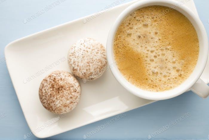 Kaffee und Makronen.