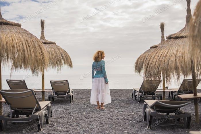 Vista trasera de la mujer turista solitaria de moda