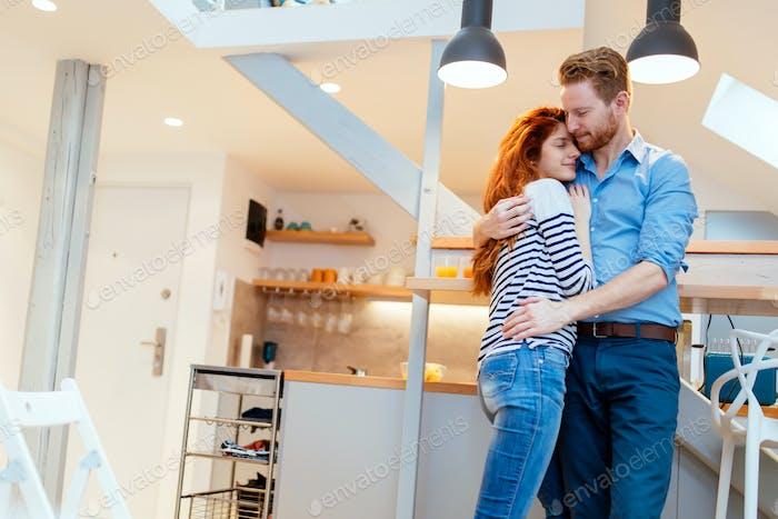 Paar in der Liebe umarmt