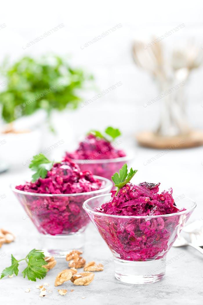 Rübensalat. Salat aus gekochten Rüben. Rote-Bete-Salat