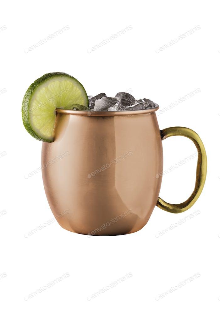 Erfrischender Wodka Moscow Mule Cocktail auf Weiß