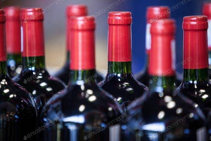 Nahaufnahme von Weinflaschen