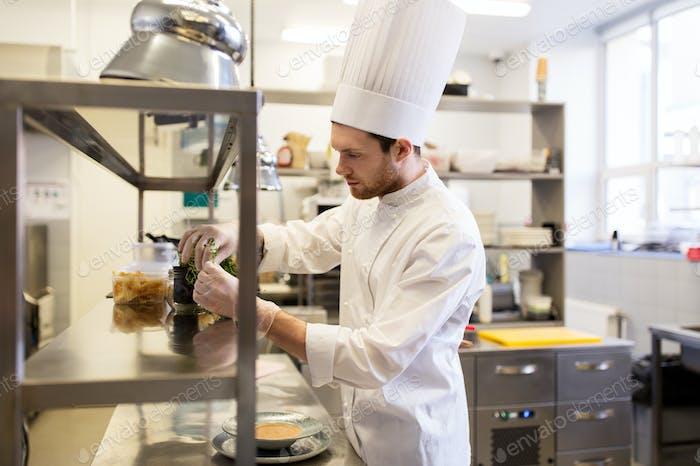 männlicher Koch in der Küche des Restaurants