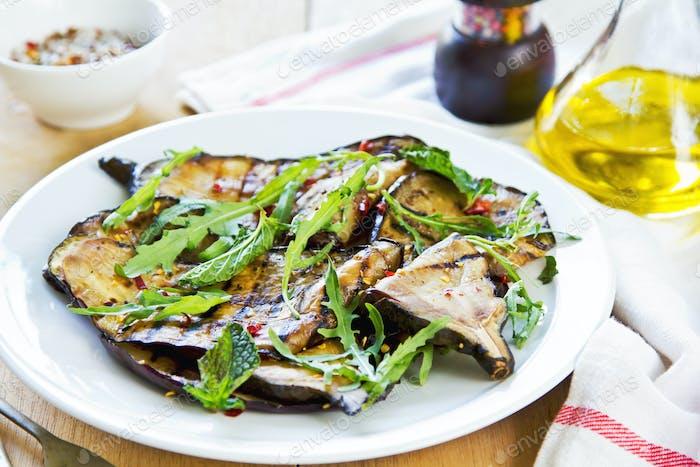 Gegrillter Auberginensalat mit Rucola
