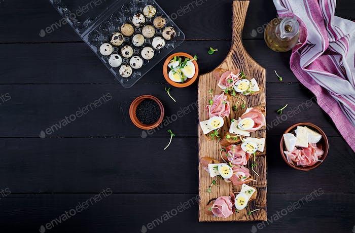 Bruschetta mit Prosciutto/Jamon traditionellen italienischen Antipasto.