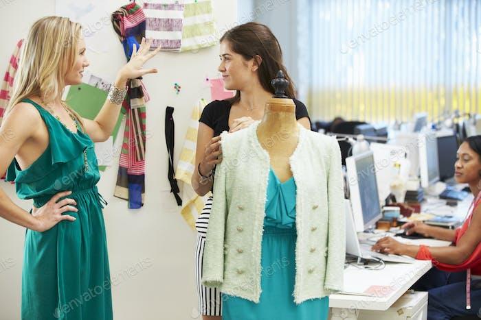 Zwei Frauen Treffen in Mode Design Studio