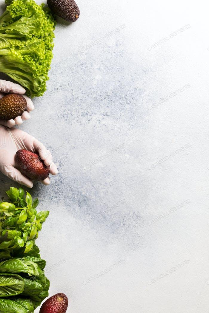 Konzept des sicheren Einkaufen in Lebensmittelgeschäften während einer Pandemie. Frische Grüns, Avocado-Salat-Vitamine