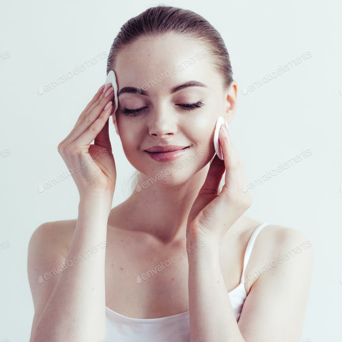 Frau Make-up Pulver Anwendung Haut Gesicht schöne weibliche natürliche Porträt.