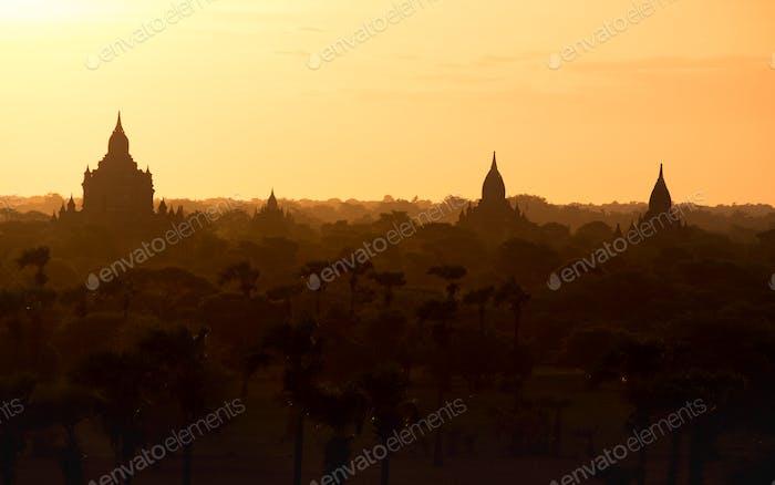 Sonnenaufgang Landschaft Blick mit Silhouetten von alten Tempeln, Bagan