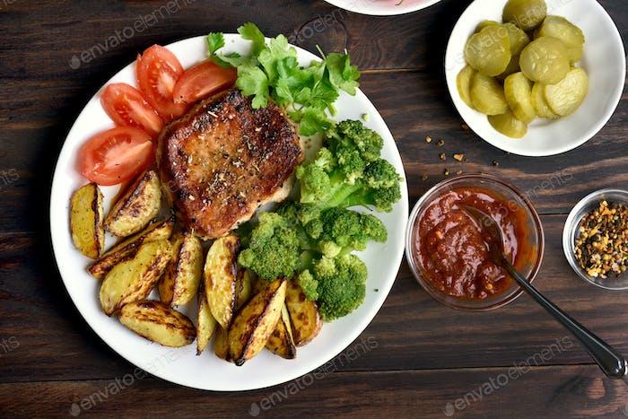 Gebratenes Fleisch mit Gemüse