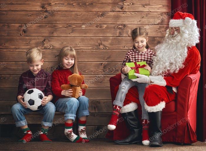Kinder und Weihnachtsmann