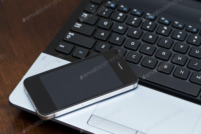 Portátil y teléfono móvil
