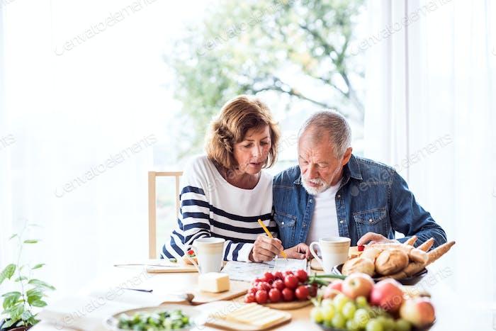 Seniorenpaar frühstücken zu Hause.
