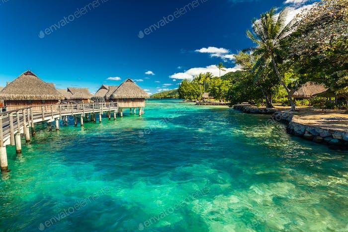 Bungalow über Wasser mit Treppe in die erstaunliche Lagune, Moorea