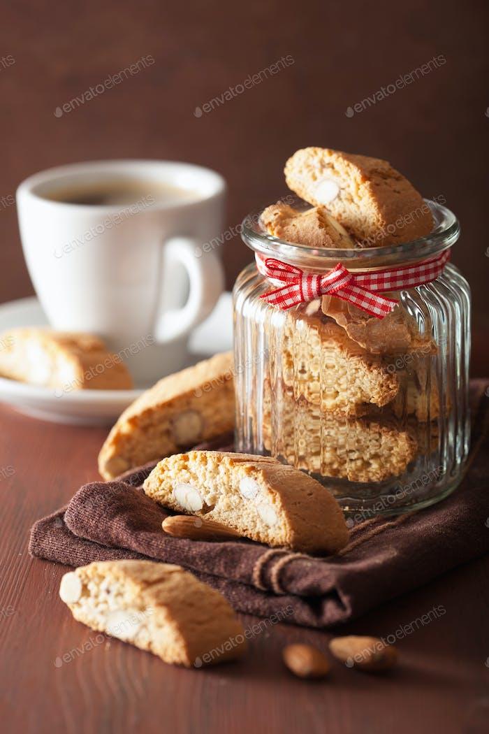 traditionelle italienische Cantuccini Kekse und Kaffee