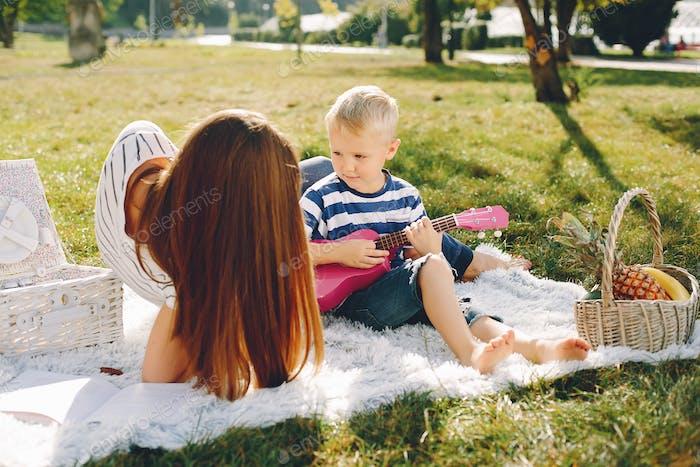 Mutter mit Sohn spielen in einem Sommerpark