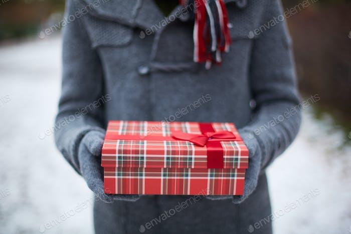 Hält Geschenkbox