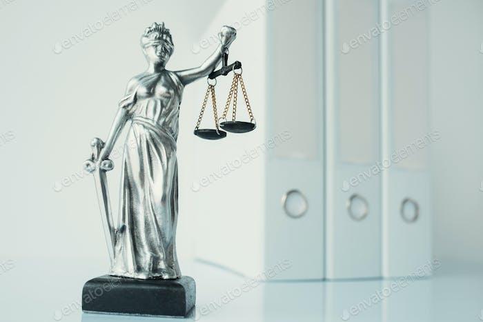 Lady Justice Statue in Anwaltskanzlei