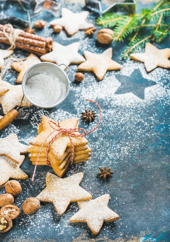 Weihnachtssternförmige Kekse mit Gewürzen und Tannenzweig