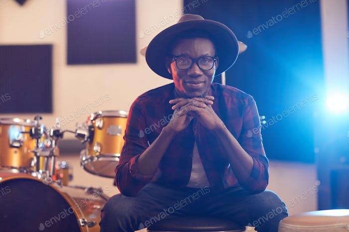 Junge afrikanische Musiker lächelnd bei der Kamera