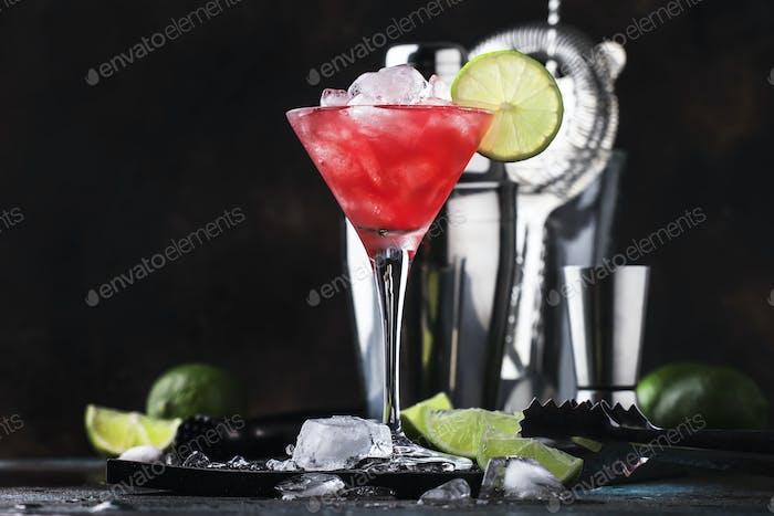Rote Wassermelone alkoholischer Cocktail mit Wodka, Saft, Limette und Crushed Ice