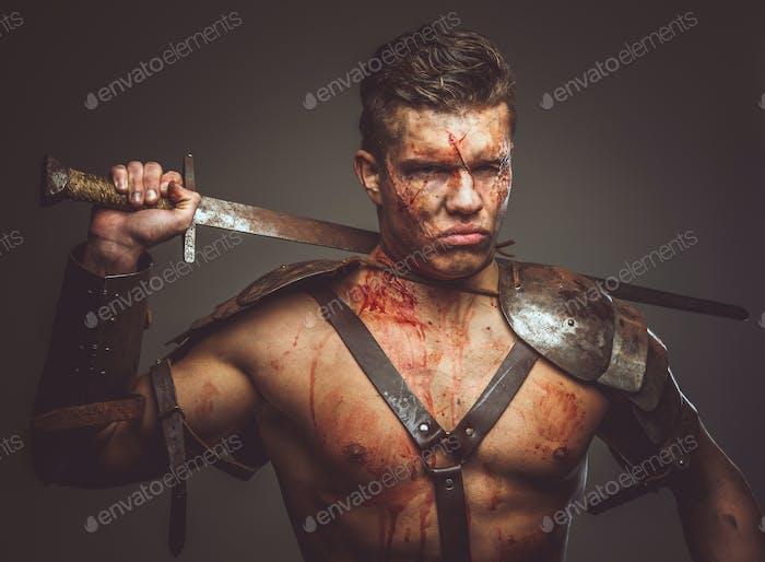 Blutiger Gladiator in Rüstung.