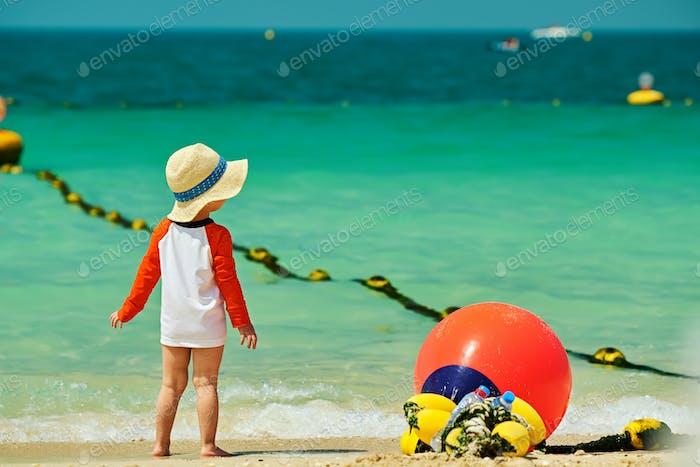 Zwei Jahre alt Kleinkind Junge zu Fuß am Strand