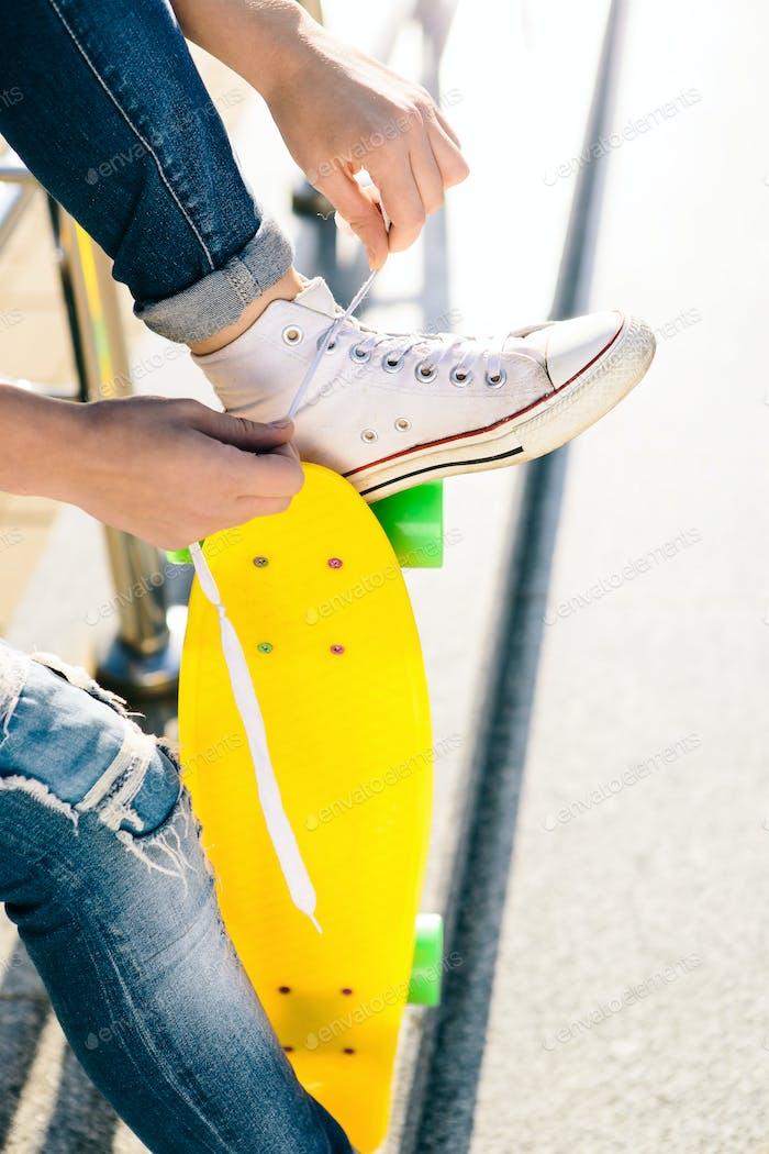 Mädchen mit Penny Skateboard Shortboard.