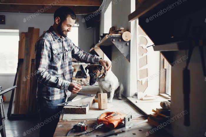Der Zimmermann arbeitet mit einem Baum