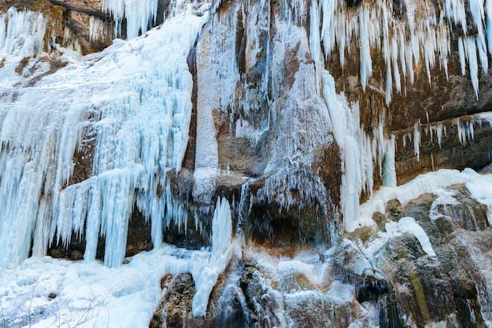 Una cascada congelada con hielo en un color azul y blanco en invierno