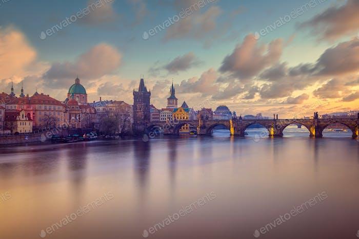 Stadtbild Blick auf die Karlsbrücke in langer Belichtung mit schönem Himmel, Prag